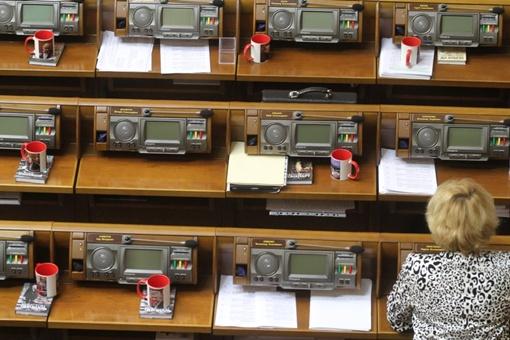 Депутаты получили кружки со своими портретами. Фото: Facebook