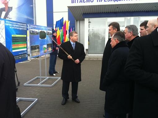 Осмотрев новую Ледовую арену, Виктор Янукович остался доволен.