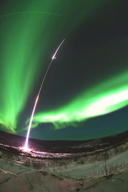 Полярные сияния возникают, когда заряженные частицы от Солнца взаимодействуют с верхними слоями земной атмосферы