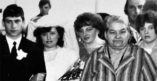 Та самая свадебная фотография, после которой слухи вспыхнули с особой силой. Невестой была Наташа (одна из перепутанных в роддоме девочек). И тут все заметили, что ее сестра Света (крайняя справа) - просто копия свидетельницы Оли (вторая перепутанная девочка - на фото рядом с невестой).