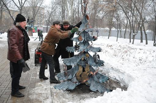 В преддверии весны донецкие кузнецы сделали городу необычный подарок – железную новогоднюю елку.