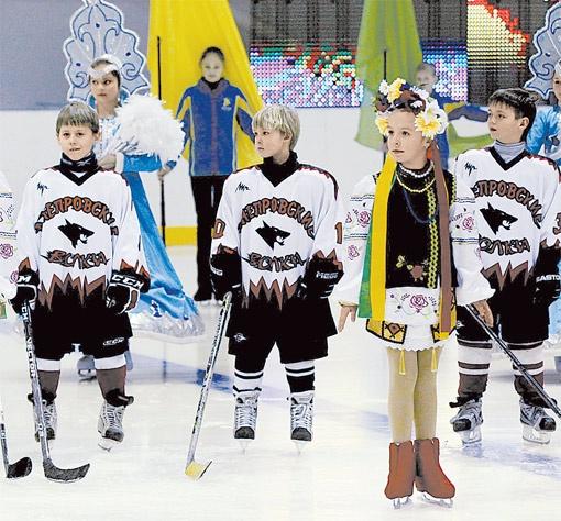 Юные спортсмены опробовали лед в открывшемся Дворце спорта.