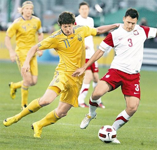 Евгений Селезнев (слева) 4 сентября 2010 года забил единственный мяч сборной Украины в польской Лодзи.