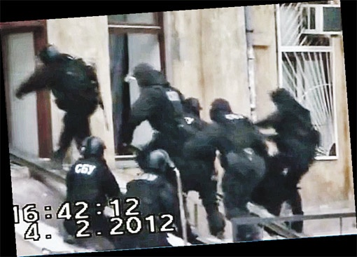 Спецназ штурмом берет квартиру, в которой засели боевики.