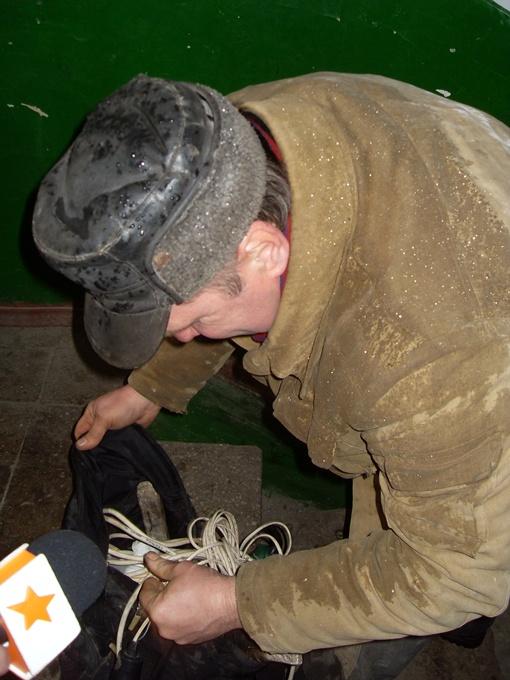 Для донецких коммунальщиков замки и засовы не помеха. Фото пресс-службы КП