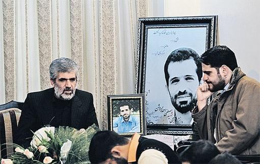 Отец ученого-физика, убитого западными спецслужбами, каждый вечер встречается со студентами. Иран нашел асимметричный ответ Западу.