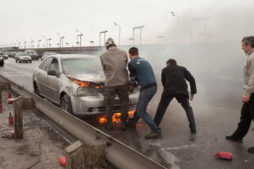 Пожар тушили сами водители. Фото Владимир Патлань