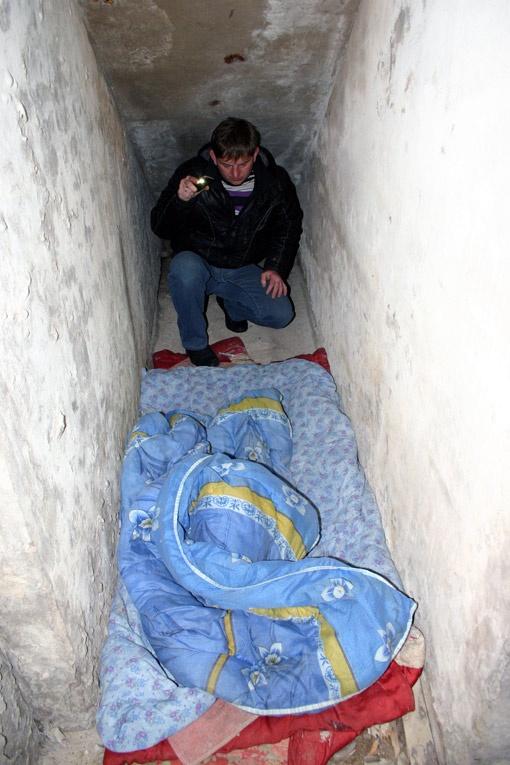 В подвале больницы совсем недавно кто-то спал.