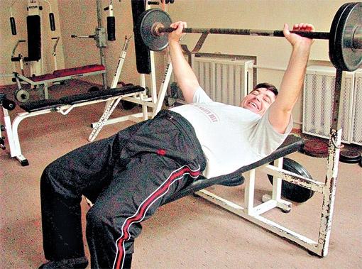 Виктор Писаренко сейчас три раза в неделю занимается на тренажерах, а по утрам бегает по 5 км.