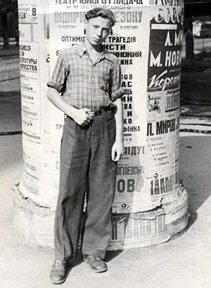 1956 год. Будущий певец В.Ободзинский в Одессе у тумбы с афишами