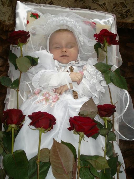 Жизнерадостная малышка и – в гробу. Неестественно, страшно, больно.... Фото автора
