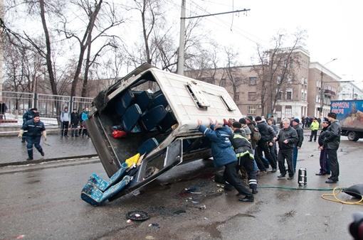 Маршрутку пытаются поднять. Фото Павла ВЕСЕЛКОВА