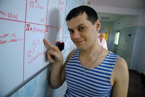 Анатолий показывает на график рождений - его сын появился на свет в полдень.