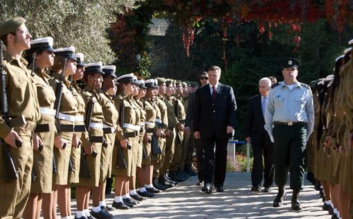 Каждая зарубежная встреча требует тщательной подготовки и знания особенностей Протокола принимающей страны. На фото - визит Президента в Израиль в конце 2011-го.
