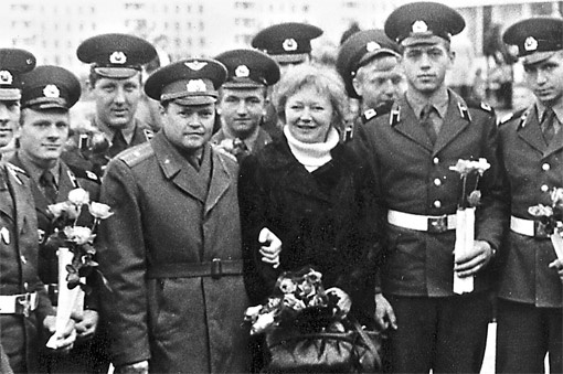 Людмиле Ивановне военные организовали пышную встречу на вокзале (слева от нее - Виталий Строкичев).