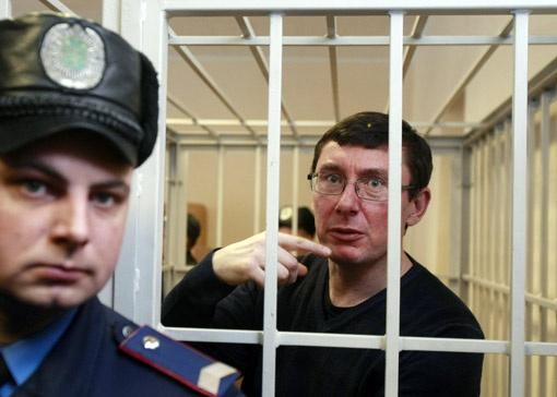 Люди не вышли на улицы, но они заперлись в своих квартирах. Никому не смешно от того, что Тимошенко и Луценко будут сидеть.