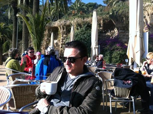 Отдыхать телеведущий предпочитает с чашкой кофе на свежем воздухе.