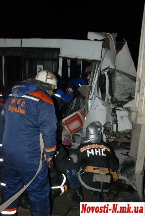 Удар был такой силы, что двигатель и правая дверь маршрутки буквально залетели в салон. Фото с сайта novosti-n.mk.ua