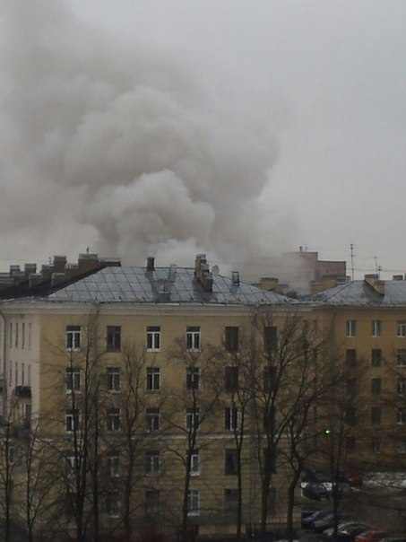 Дым видно издалека. Фото: twitter.com/#!/Ron_May