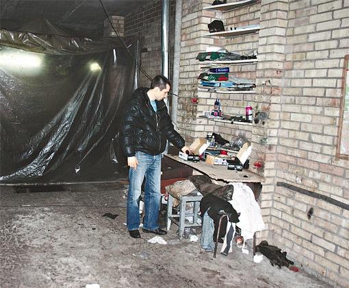 В этом гараже Владимир Олексюк вместе со своим товарищем Александром занимался ремонтом автомобилей.