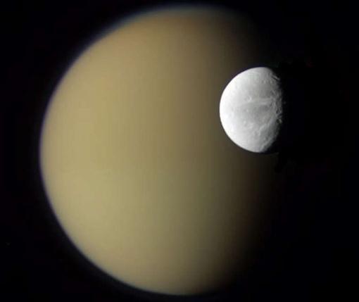 Спутники Сатурна Диона и Титан: вид с