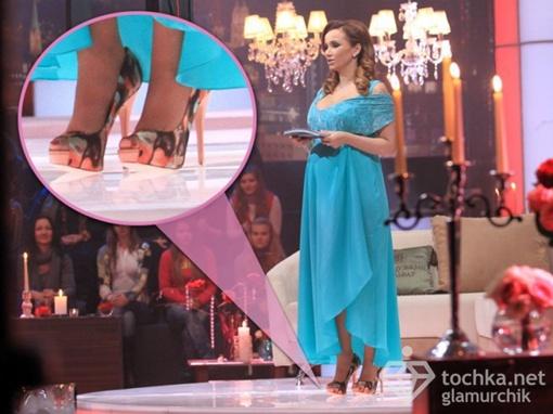 Ведущая расхаживает на высоченных шпильках. Фото: tochka.net