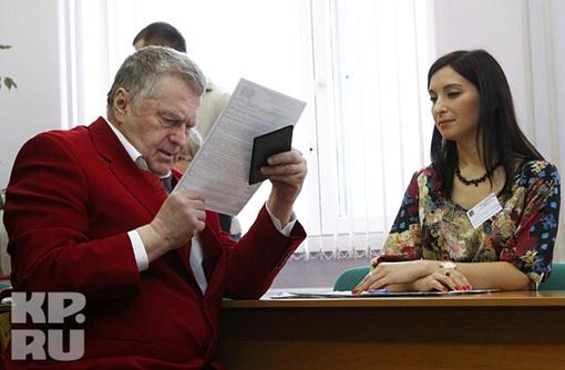 Владимир Жириновский остался недоволен кабинками для голосования Фото: REUTERS