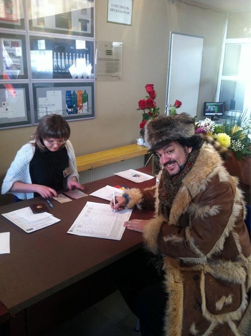 Певец отправился на избирательный участок в 30-градусный мороз. Фото: Твиттер Киркорова