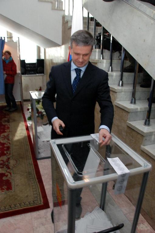Посол России Михаил Зурабов проголосовал в Киеве. Явкой избирателей он доволен. Фото Николая ЛЕЩУКА.