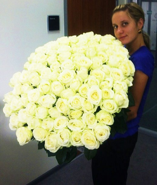 Каждая девушка мечтает получить в подарок такую охапку королевских цветов.