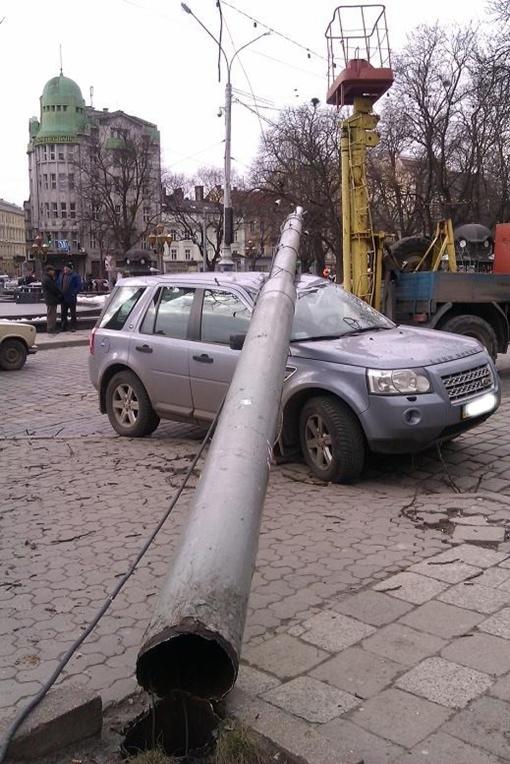 Свидетели происшествия говорят, что столб неожиданно упал сам. Фото: sushnjak.livejournal.com