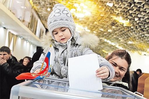 Многие россияне шли голосовать вместе с детьми.