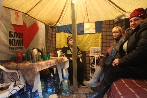 Жилые только несколько палаток. В них стоят обогреватели, так что можно сидеть без верхней одежды. Фото Максима ЛЮКОВА