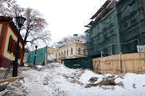 Андреевский спуск в Киеве снова выглядит, как в 1918-м. Но уже по другим причинам - ремонт, распутица.