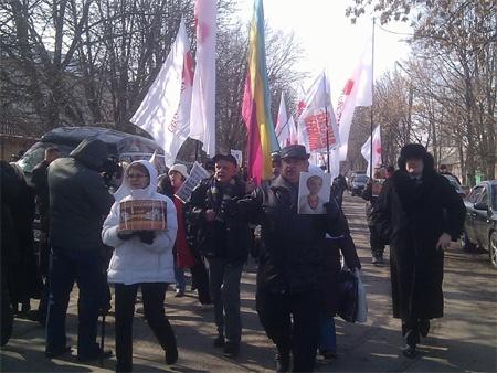 Люди подтягиваются к Качановке. фото из facebook Александра Сочки
