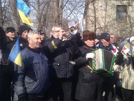 По окнами играют на гармошке. фото из facebook Александра Сочки