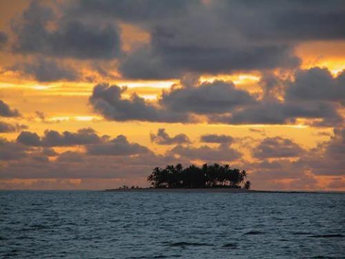 Территорию Кирибати составляют 32 коралловых атолла, находящихся около экватора