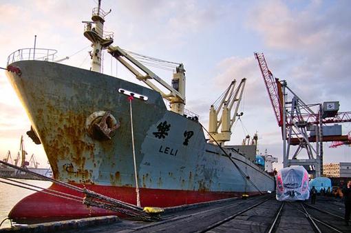 Механизмы извлекают из трюмов китайского судна