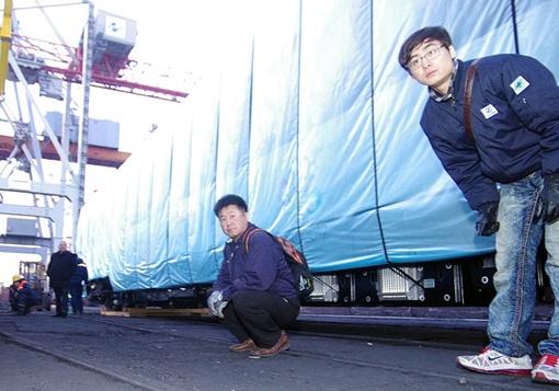 Корейцы наблюдают за процессом