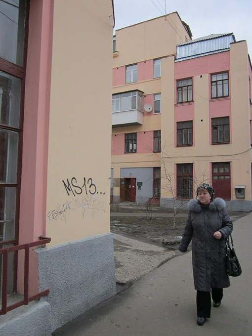 Бессмысленные надписи на домах по ул. Кирова свели на нет все прошлогодние ремонты. Фото автора.