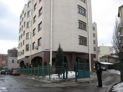 Вчера у дома, где прогремел взрыв, дежурила милиция, внутрь следователи никого постороннего не пускали.