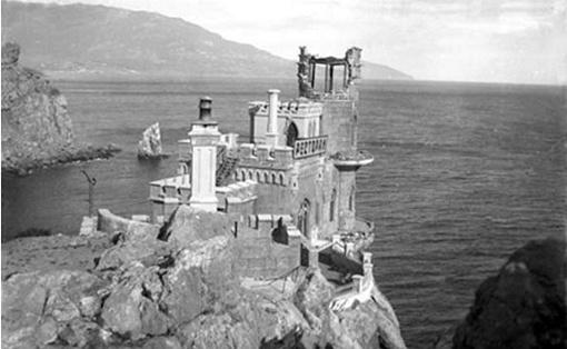 Пострадала часть самого дворца. А также скала, на которой он находится (фото с сайта irocez.livejournal.com)