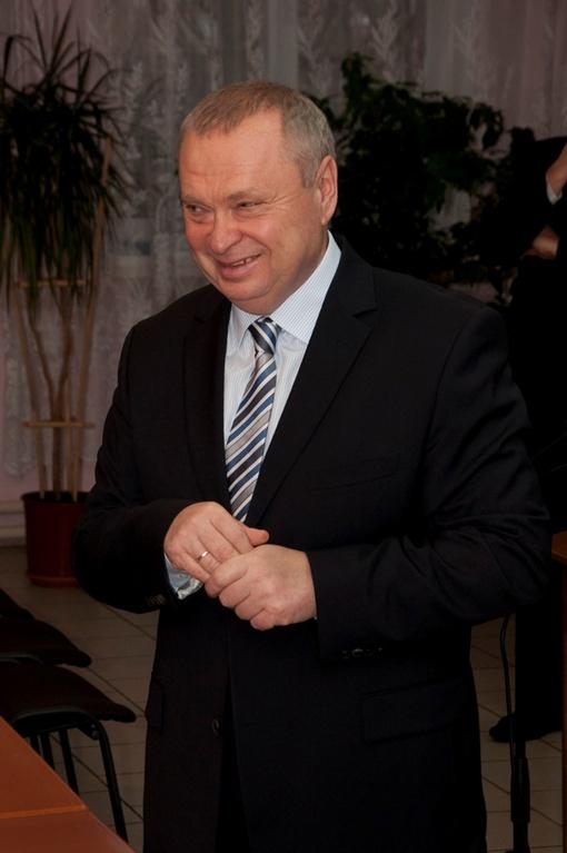 Александр Пеклушенко, как губернатор, получает 5600 гривен, а как народный депутат - порядка 15 000.