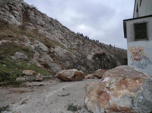 Огромные камни грузили на спецтехнику. Фото: УМЧС в Севастополе