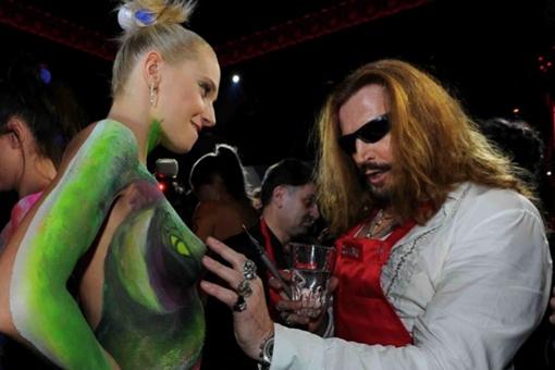 Никита объяснял девушкам, что краска, особенно зеленая, крайне вредна для кожи. Фото: kp.ru