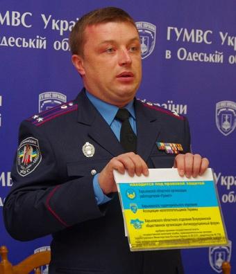Начальник облГАИ показывает псевдоудостоверение. Фото Алексея Кравцова.