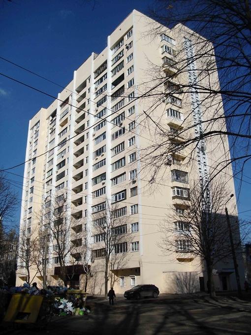 Жители девятиэтажки на Янгеля, 8 страшно удивились, узнав, что на ремонт фасада их дома ушло больше двух миллионов гривен.Фото Игоря ВОРОБЬЕВА
