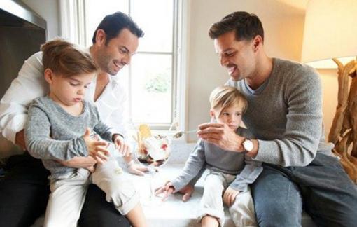 Рики и его муж заботятся о детях. фото: Vanity Fair