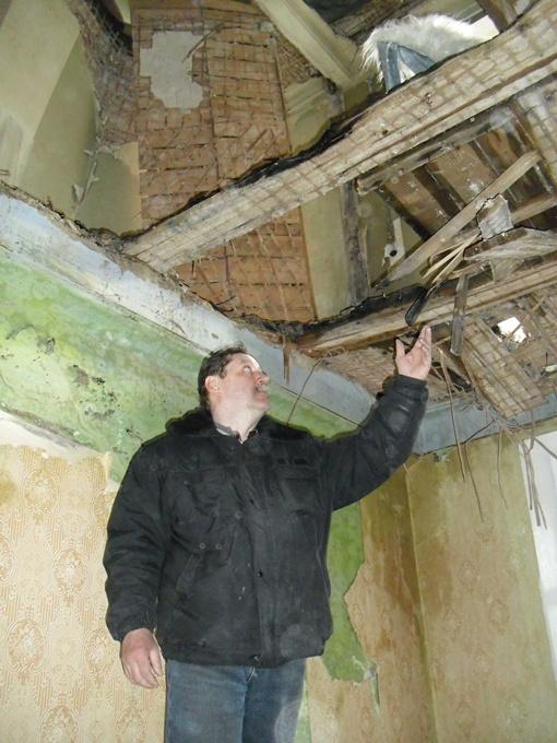 В квартире Виктора Радченко вместо потолка - остатки соседского жилья. Фото автора.