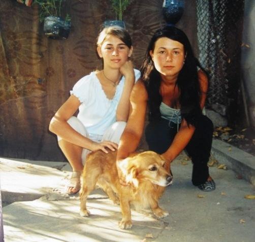 Настя (справа) со своей двоюродной сестрой и ее собакой. Девушка любила животных. Фото из личного архива Н. Солтановой и автора.